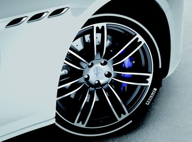 画像: ピレリ P ZERO ホワイトタイヤに20インチ・ウラーノポリッシュホイールの組み合わせ。