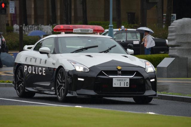 画像: 贈呈式典に県庁隣にある県警本部から移動するR35GT-Rパトカー。街ゆく人もその姿に見入っていた。