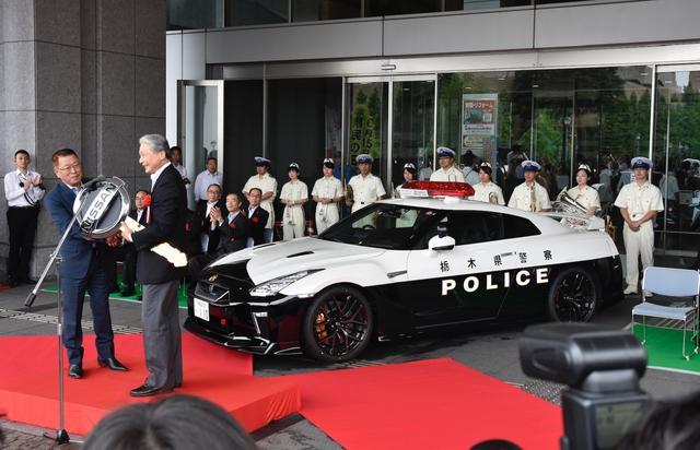 画像: このGT-R、国費や県費による導入ではなく、栃木県民で会社役員を務める中村氏(左)の寄贈によるもの。総額1200万円というが、中村氏は「事故抑止に役立ててほしい」と語った。
