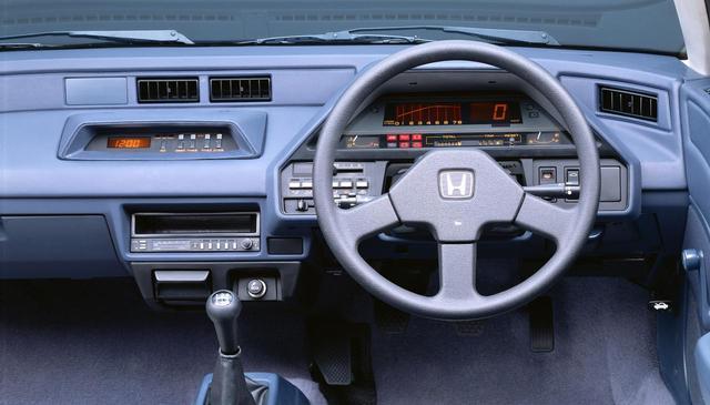 画像: 1.5iサンルーフ仕様車にはカラード液晶デシタルメーターが採用された。