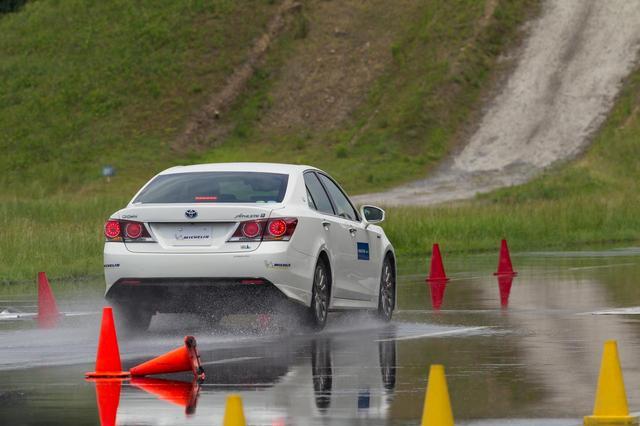 画像: 新旧タイヤで比較すると、摩耗時のウエット制動性能は相当向上したことがわかった。