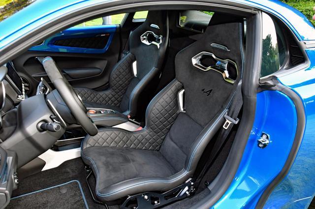 画像: サベルト製のシートは1脚わずか13.1kgと軽量。レザーとマイクロファイバーのコンビで、ALPINEのロゴ入り。