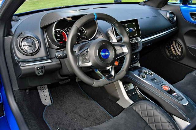 画像: スポーツカーらしいタイトなコクピット。7速DCTはセンターコンソールのボタンとステアリングのパドルで操作する。