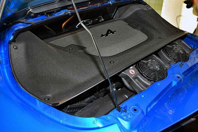 画像: リアのガラスハッチを開けても、エンジン本体は写真のようにカバーに覆われていてほとんど見えない。