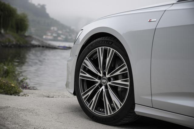 画像: 試乗車は8.5J×21インチ10スポークデザイン+255/35R21タイヤを装着する。