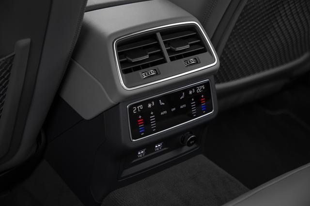 画像: 後席のエアコンの調整もタッチ式となっている。またUSB端子も2つあり便利だ。