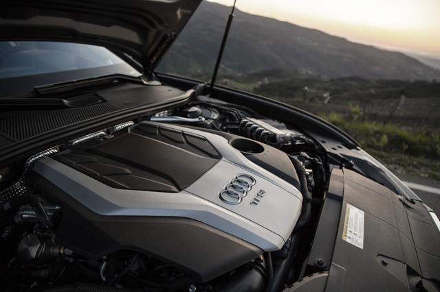 画像: アルミクランクケースを採用した3L V6ターボエンジンは重量わずか172kg。エキゾーストシステムは90度Vバンクの内側に配置される。