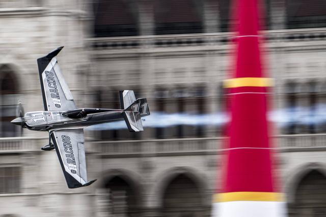 画像: 初の表彰台を得たブラジョー選手の機体は、フルカーボン・モノコックのMXS-Rだ。