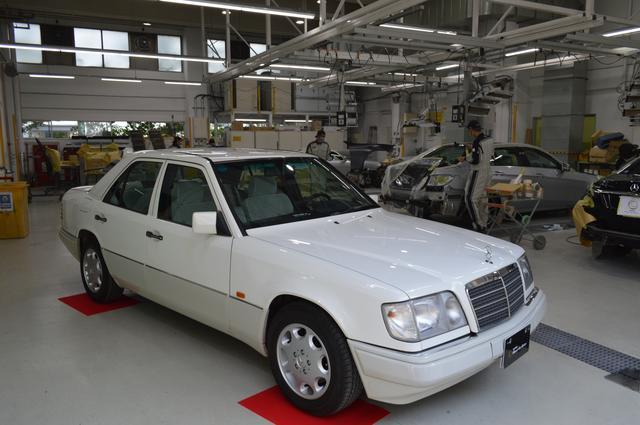 画像: ペイント作業エリアに展示されるメルセデス・ベンツE320(W124)。車両はヤナセオートシステムズの最新工場で修理・整備される。