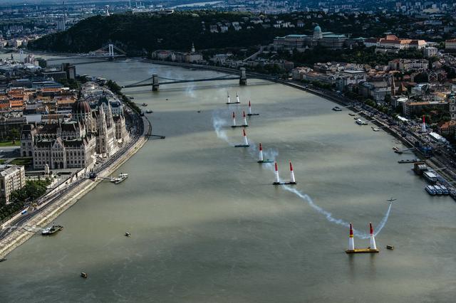 画像: ドナウ川の両岸に美しい街並みが広がるブダペスト。コースは、ドナウ川の川面にパイロンをセットして作られる。
