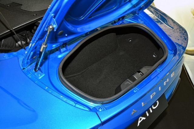 画像: ミッドシップなので、エンジンルームの後ろにもトランクスペースが備わる。