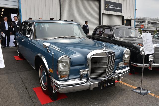 画像: 式典会場前に展示されたメルセデス・ベンツ600(W100)。梁瀬次郎元社長が愛用していた車両は、現在に至るまで動態保存されている。