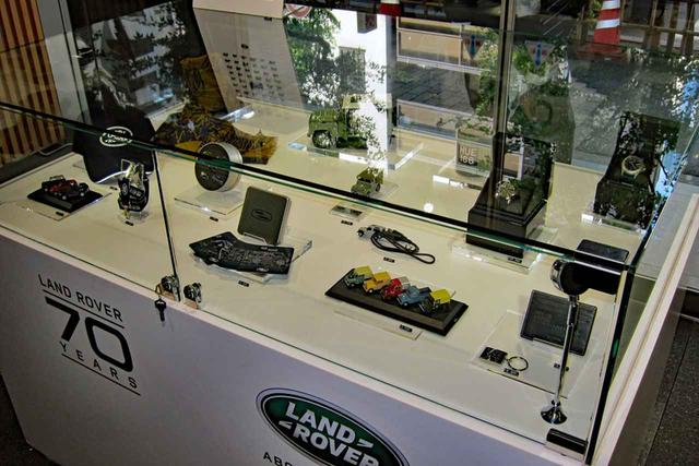 画像: ミニカーや腕時計など、ここでしか手に入らないブランドグッズが限定販売されている。
