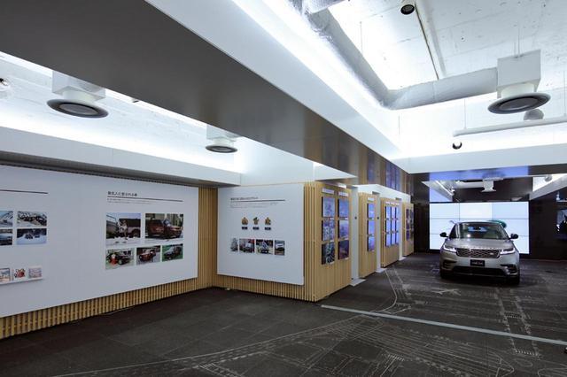 画像: オープニングセレモニー時の店内。ランドローバー車や、その歴史などを紹介するパネルを展示している。