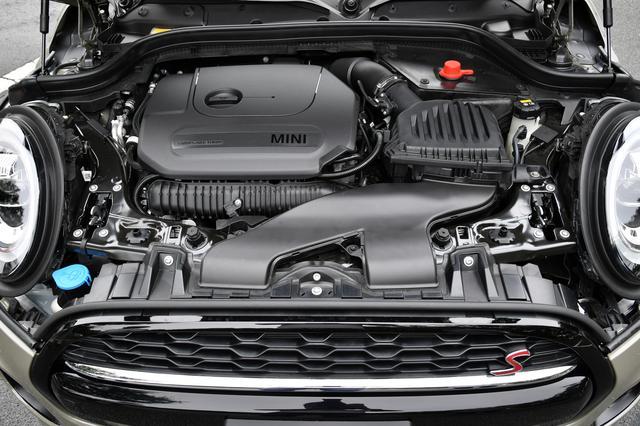 画像: ▲クーパーSは直列4気筒2ℓエンジンを搭載。ちなみに5ドアには設定はないが、3ドアモデルには6速MTモデルも用意されている。