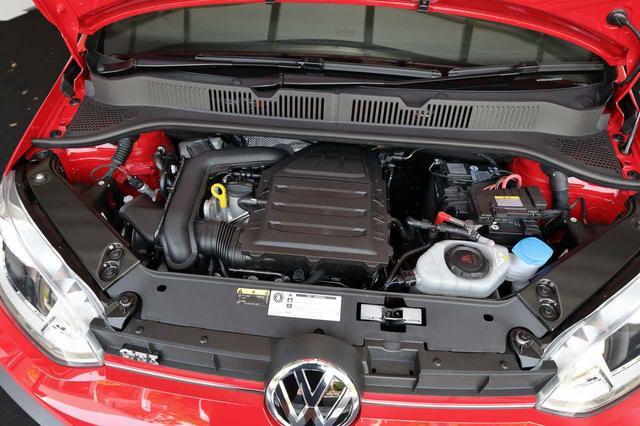 画像: ポロやゴルフにも搭載される3気筒1.0TSIエンジンを採用。ガソリンエンジン用粒子フィルターを装着するVW車として初の1台となり、ユーロ6AG排出ガス基準をクリアする。