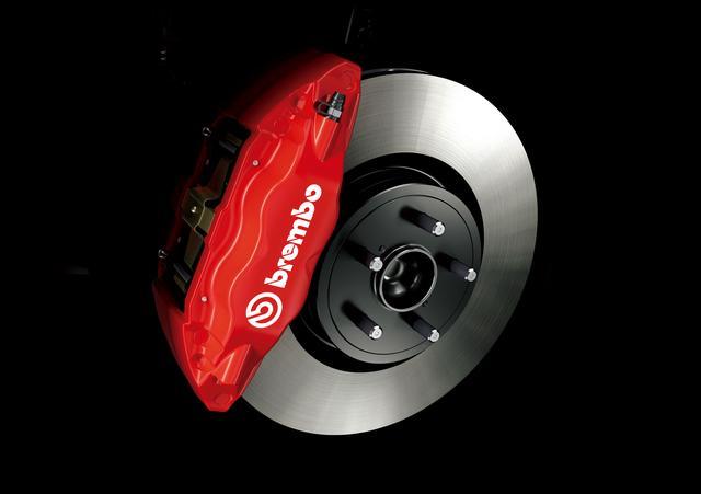 画像: brembo製17インチ対向フロント4ポッド・リヤ2ポッドベンチレーテッドディスクブレーキ。