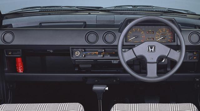 画像: オートマチック車のインテリア。