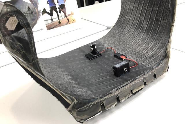 画像: タイヤ内に組み込まれたセンサーが路面情報やタイヤ情報を感知する。
