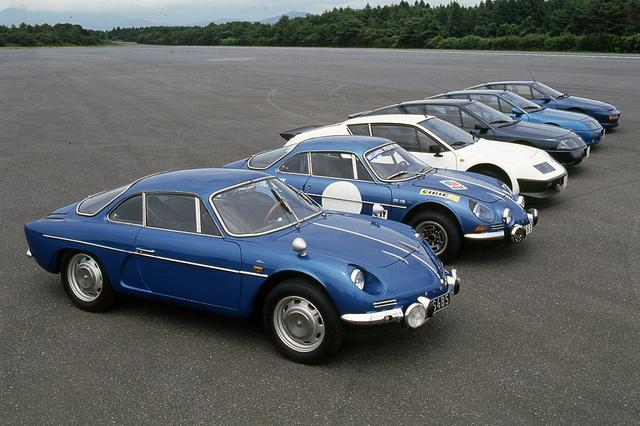 画像: ズラリ並んだ歴代アルピーヌ。写真手前から、A108、A110、A310、V6ターボ、V6ル・マン、A610。