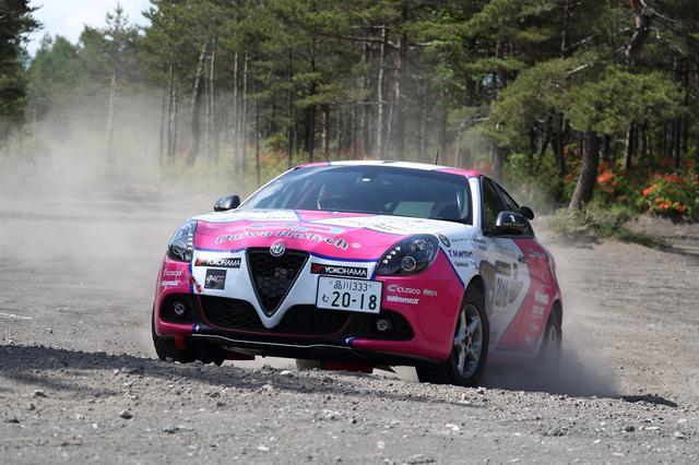 画像: ウエット路や未舗装路でのFF車はFR車に比べると有利。直進性、操縦安定性ともに勝る部分だ。それを生かせば速い! 写真はホリデーオート誌連載でおなじみの竹岡圭さんが全日本ラリーに参戦するアルファロメオ・ジュリエッタ。