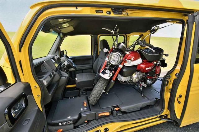 画像: 写真のモンキーはもちろん、トライアル用のオートバイくらいまで積載が可能だ。タイダウン用フックも標準装備。