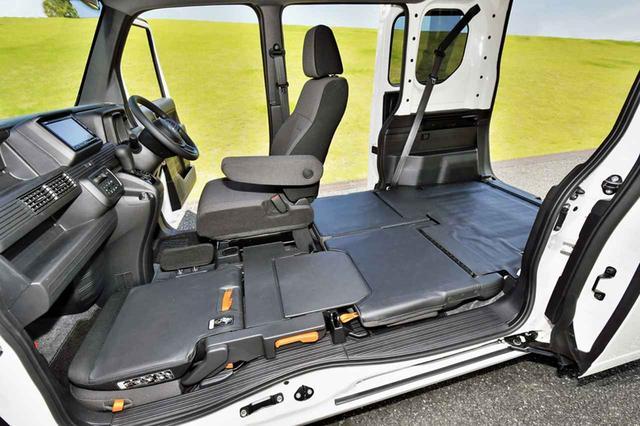 画像: 助手席とリアシートをダイブダウンさせた状態。運転席の足もとには物が入らないようなストッパーを備えている。