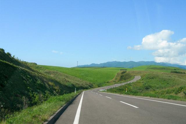 画像: 北海道の夏、こんな美しい道を走ってみたいものだ。