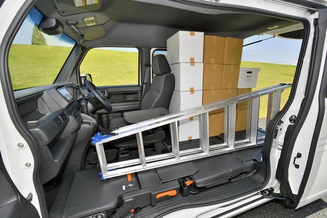 画像: 脚立のような長尺物から、段ボール箱やビールケースなど、最大積載量は2名乗車でも350kg。
