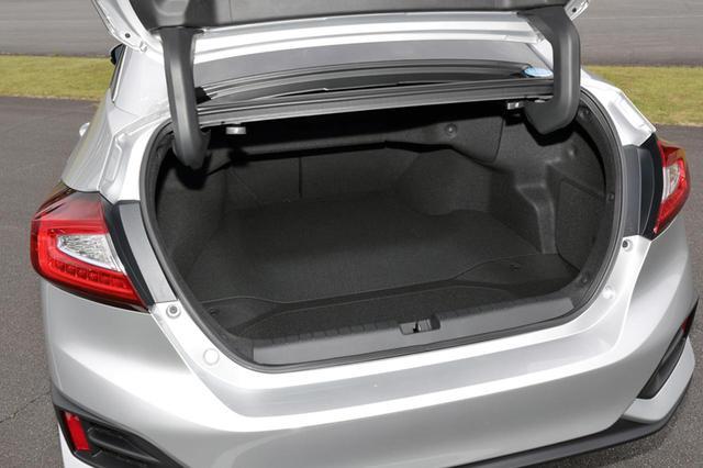 画像: トランク容量は512Lで、9.5インチのゴルフバッグを4個積載可能。トランクスルー機構も装備している。
