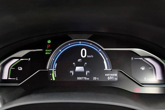 画像: 中央がパワー/チャージメーター、左がバッテリー残量計、右が燃料計。中央下にPHEVのエネルギーフローなどを表示できる。