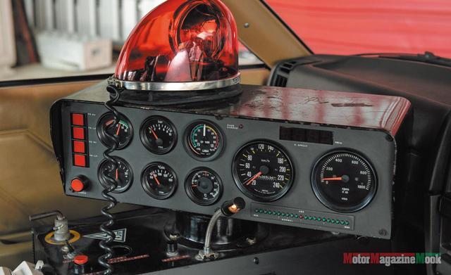 画像: 各種メーター類を収めたメカボックス上部のコンソール。タコメーターは10000rpmまで、スピードメーターは240km/hまで刻まれる。