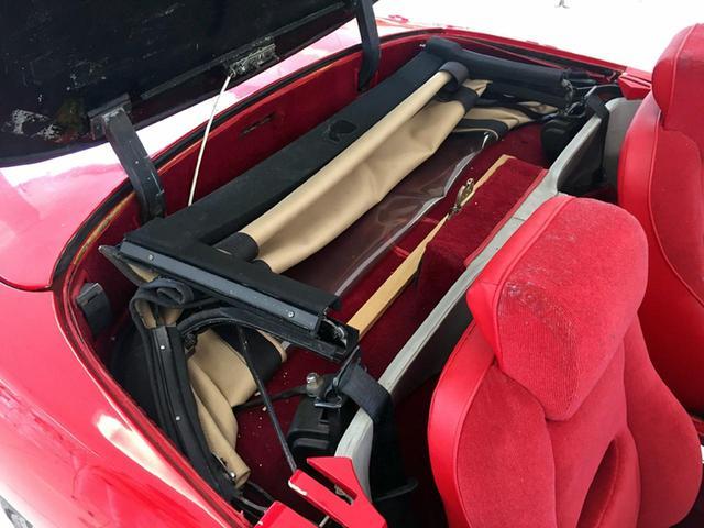画像: シート後ろのカバーを開けると、折りたたまれたソフトトップが見える。ワンオフのプロトタイプだから、いかにも手造りといった感じだ。