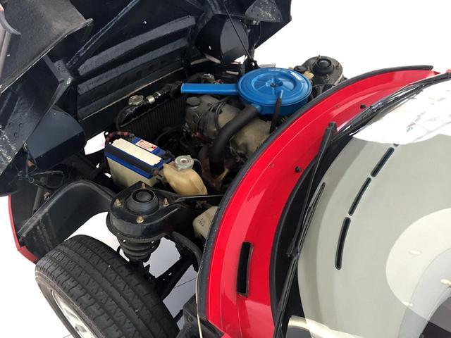 画像: 前ヒンジのボンネットをガバリと開けると、FFファミリア用のエンジンを縦置き搭載。実物が見たい人は、ぜひロードスター展へ!
