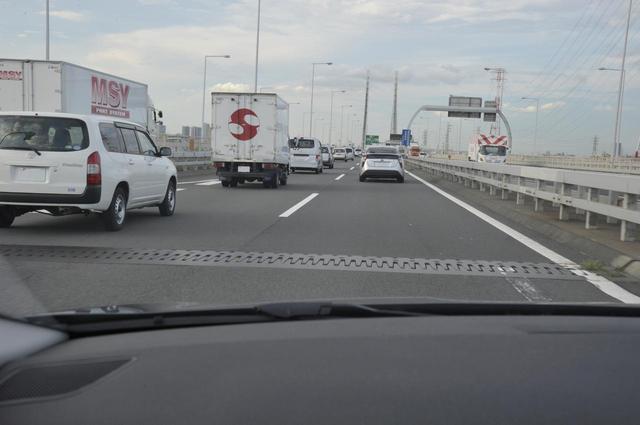 画像: 首都高にはこうした路面の継ぎ目が数多くある。プレミアムスポーツタイヤとしては厳しい条件となる。