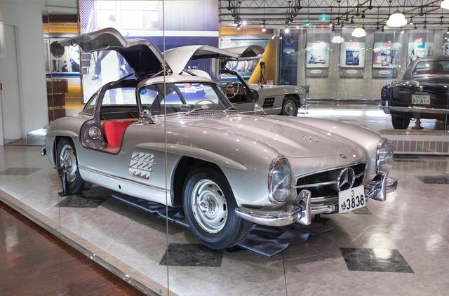画像: 裕次郎が愛してやまなかったメルセデスベンツ300SL。記念館の2F奥に展示されていた。優美なガルウイングを持ち、1954年から1957年まで、世界で1400台のみ製造されたこのクルマは、当時はプロレスラーの力道山も所有していたというが、その後はこの1台しか日本には存在しないという希少車。近年では時価20億円という値が付いたとか。