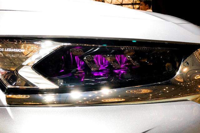 画像: DS7クロスバックのヘッドライト。紫色の光が妖艶だ。