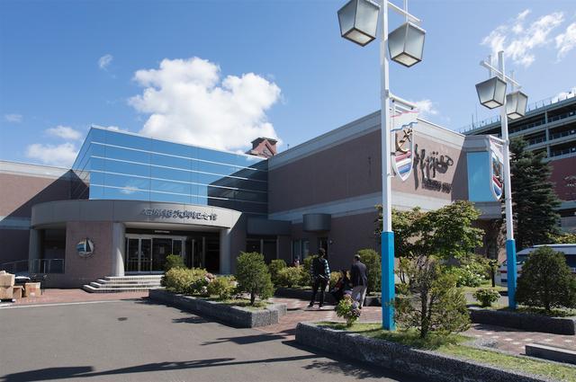 画像: 昨年2017年8月末で閉館となった北海道・小樽にあった「石原裕次郎記念館」。1991年にオープンし、瀟洒な作りの建物であったが、水回りをはじめとした内部の老朽化が進み、裕次郎没後30年を迎えて幕を下ろす…ということで閉館となった。ここの1Fエントランスには、西部警察の車両が常設展示されていたのもファンには懐かしい想い出であろう。