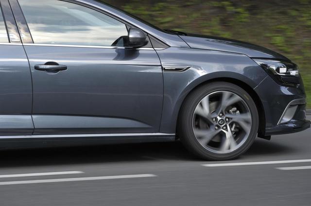 画像: ドライグリップの高さはもちろん、そのシュアなハンドリングこそPOTENZA S007Aの特長だろう。ドライバーの意思をそのまま路面に伝える感覚があり、運転していて気持ちが良い。