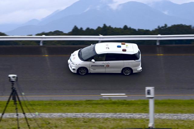 画像: ノイズテスト中の実験車両。