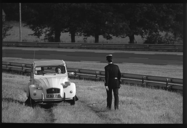 画像: 「1987年、ル・マン24時間レースのコースサイド。一般公道を使うため、地元の人が裏道を通ってすぐそこまで出てきてしまうことがある。80年代のル・マンはのんびりしたものでした」(永元)