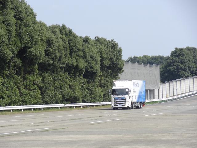画像: 日野自動車 羽村工場のテストコースを走る「日野プロフィア ハイブリッド」。