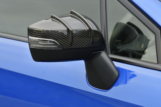 画像: ドアミラーカバーはドライカーボン製。軽量なだけでなく、フィンの効果によりドアミラー回りの空気を整流することにより、フロントリフトを抑える効果を持つ。