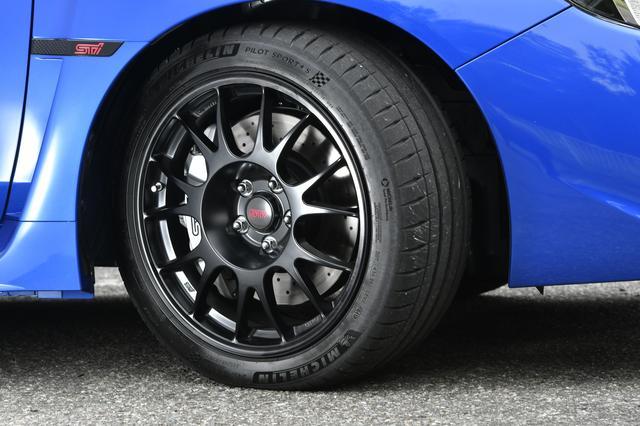 画像: タイヤはアウトサイドにドライ路面用のコンパウンド、インサイドにウェット路面用コンパウンドを配置したミシュランパイロットスポーツ4Sを装着している。