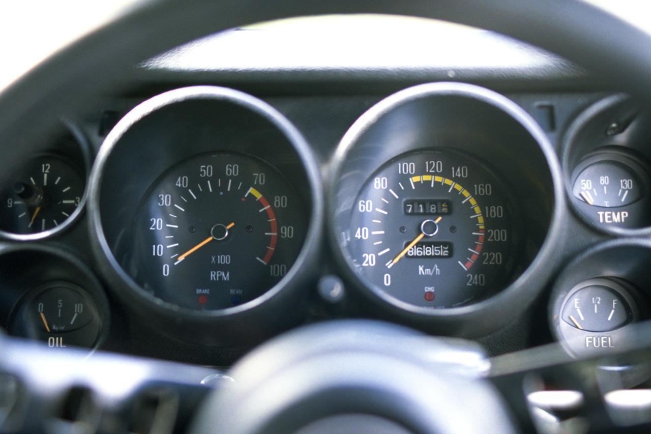 画像: 初代スカイラインはGT-Rを含めて全車、240km/hまで刻まれていた。