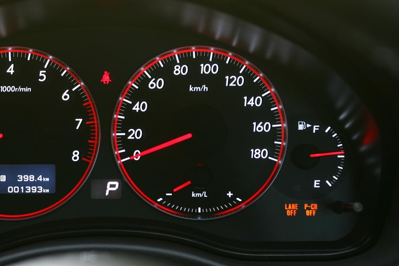 画像: 国産車の多くは速度メーターの上限を180km/hに設定されている。