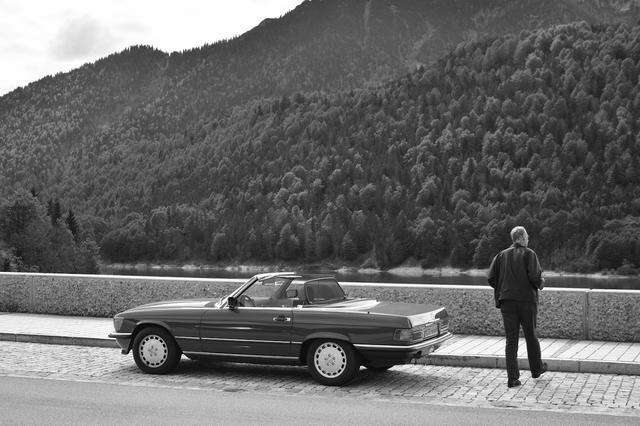 画像: 「2017年、ドイツ・レングリース。ダムをわたる路肩の広い道は景色がひらけ、クルマをとめて休憩するにはちょうど良い場所だった。そこにメルセデスベンツSLがとまり一人の紳士が一息入れようと降りてきた。ただそれだけだが、その一瞬に過去と未来に流れる人の時間を感じた」(永元)