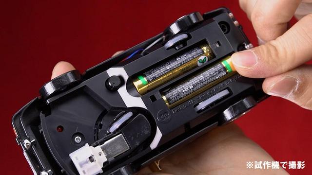 画像: 単4電池を入れ、レコード上にそっと置くと 再生が始まる 。