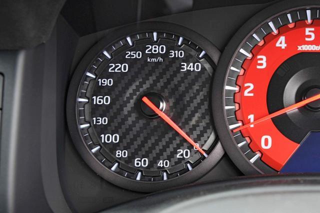 画像: 日産GT-R(R35)は340km/hまで刻まれている。これはGT-R NISMO。