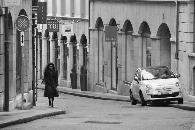 画像: 「2009年3月のジュネーブ旧市街。ヨーロッパでは路肩に乗り上げる駐車は一般的だ。反対側には駐停車禁止らしい標識もあるが、フィアット500はとっても街並みに似合っていた。そこでカメラを向けると素敵なご婦人が角をまがってきて街並み、クルマ、人の素敵な三重奏となった」(永元)